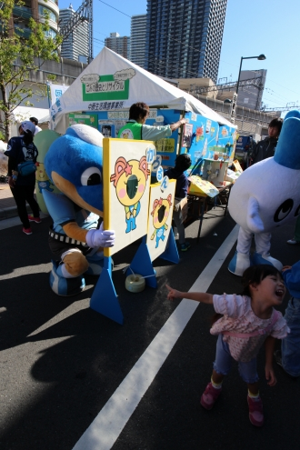 「かわるん」の記念撮影スポットで遊ぶフロン太君とカブレラ
