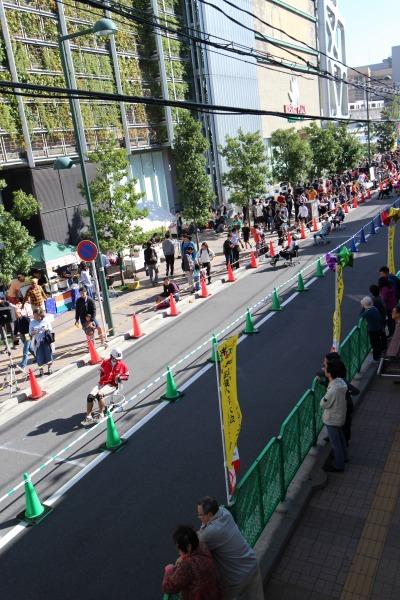 会場となる武蔵小杉東急スクエア前の道路