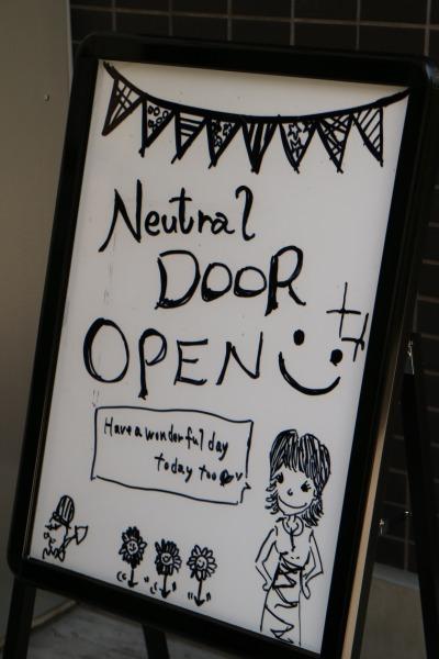 NEUTRAL DOORの看板