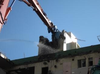 重機で取り壊される建物上部