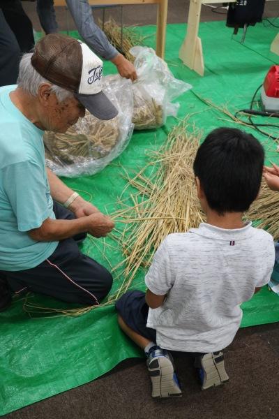 「アミガサ事件」のわら作りワークショップ