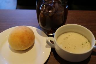 セットのパン、スープ、ドリンク