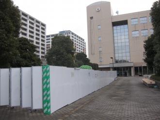 一部が閉鎖された中原区役所玄関前広場