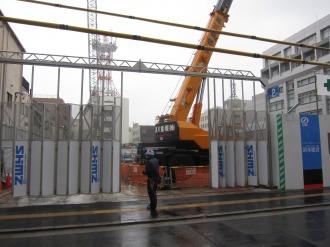 重機が稼働する工事現場