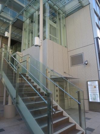 上階への階段とエレベーター