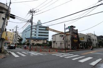 府中街道沿いで解体された「薬樹薬局」