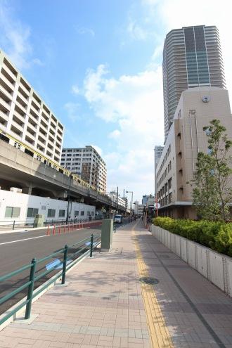電線地中化後の都市計画道路(中原区役所前)