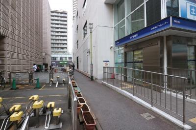 当面通行が可能な「みずほ銀行」脇の歩道