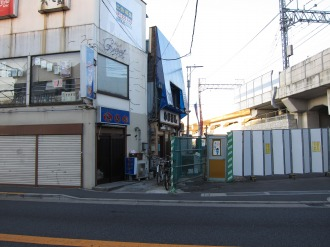 府中街道と東急線高架の交点南側