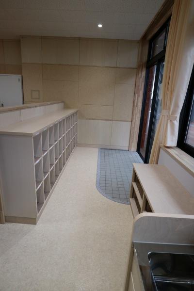 各教室の外廊下側に設置された下駄箱