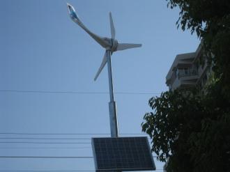 ソーラーパネル付風力発電機