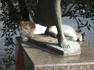 「平和の絆」の像の猫