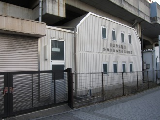 南武線高架下の災害対策用給水資器材格納庫