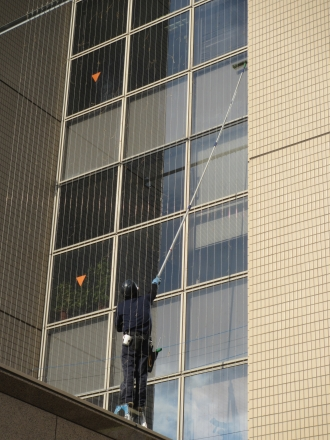 正面側ガラス面の窓掃除