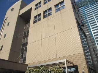 窓掃除中の中原区役所