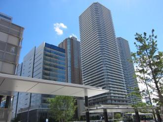 新駅ロータリーから見たイーストタワー(写真中央手前)