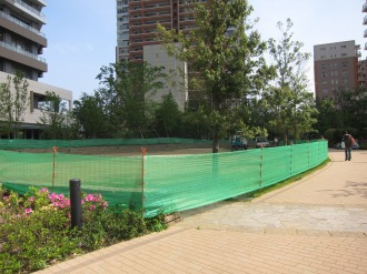 円形広場の芝生張り替え作業