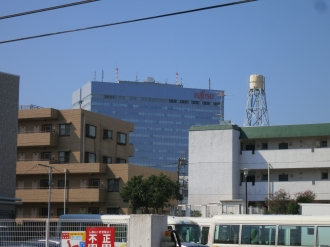 南側に見える富士通川崎工場本館ビル