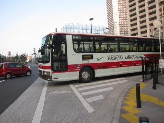 ロータリーから発車するリムジンバス