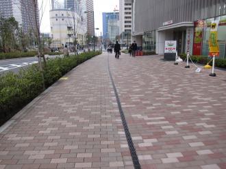 野村不動産武蔵小杉ビルの公開空地と歩道