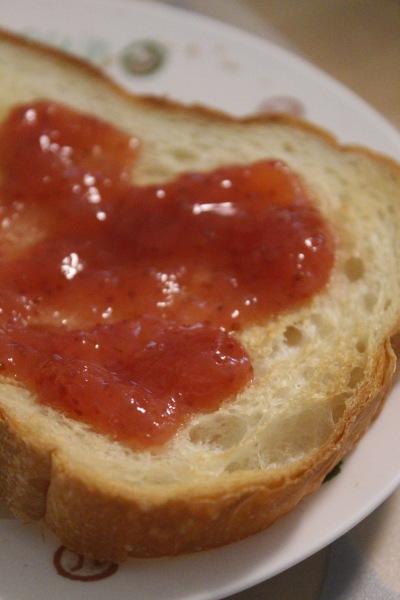 パンに「わがままいちごジャム」を塗って…