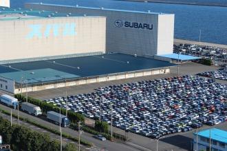 スバル車が並ぶ東扇島物流センター