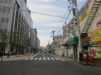 エクラスタワー商業施設(左)とマルエツ小杉店(右)