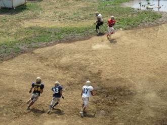 多摩川河川敷のアメリカンフットボール