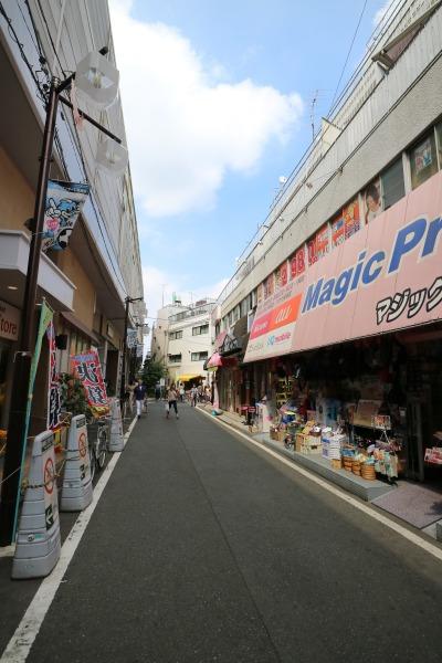 新丸子駅(左)と、取り壊しが決定した(株)川粧ビル