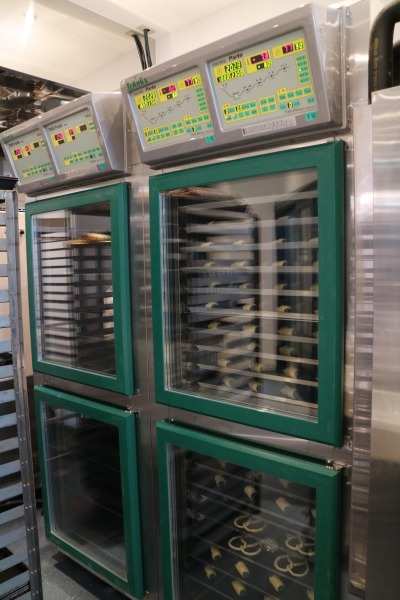 冷蔵中のクリーム・ホーンなどパン生地