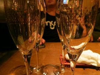 シャンパングラスを並べて…