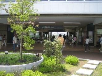 東急元住吉駅改札口前のウッドデッキスペース