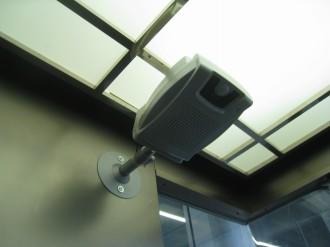 エレベーターに設置された音声機器