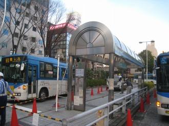 武蔵小杉駅北口バス停の屋根修復工事