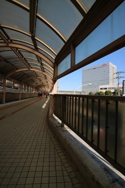 富士通川崎工場・2階建て駐輪場方面への連絡通路