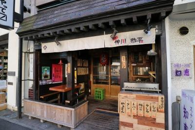 「イシイ」「ワタナベ洋服店」の間で営業を続ける「酔い処 仲川恭平」「知恵」