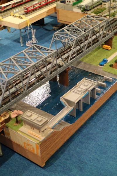 東急線の多摩川橋梁と調布取水堰