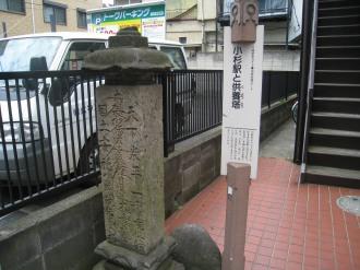 供養塔とガイドパネル