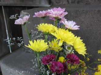 庚申塔に供えられたお花