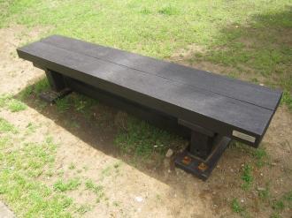 廃プラスチックで作られたベンチ