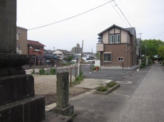 道路予定地(左)と西明寺の参道(右)