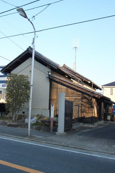 案内板近くの「石橋醤油店」の旧醤油蔵