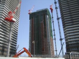 建設中のTHE KOSUGI TOWERとリエトコート武蔵小杉