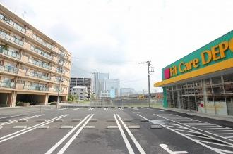 フィットケアデポ市ノ坪店と、伊藤忠都市開発の学生寮建設予定地(奥)