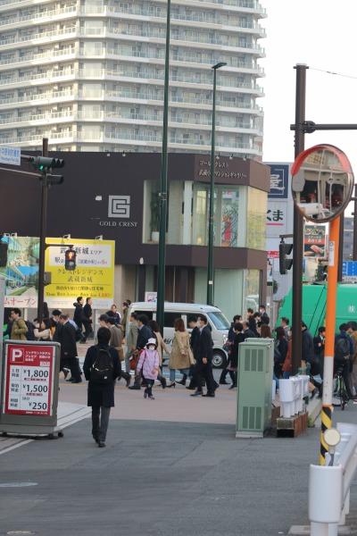 綱島街道を渡る、通勤の人波