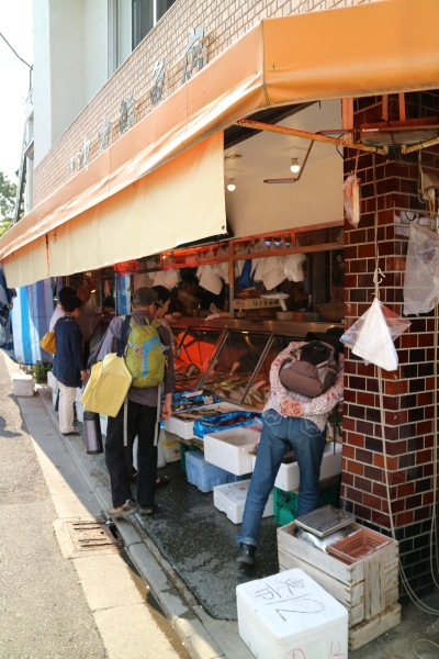 「中定鮮魚店」に集まるお客さん