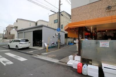 「中定鮮魚店」と駐車場・駐輪場