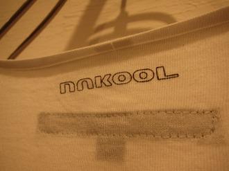 バック(襟)の「nakool」のロゴ