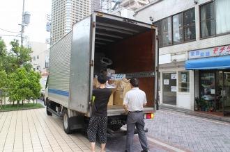 トラックで旅立つ洋服
