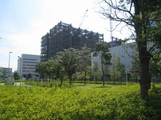 向河原駅前広場公園から見たNEC玉川ソリューションセンター